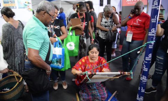 Artesanos de la AEC Impresionan en el Gran Mercado de Carifesta